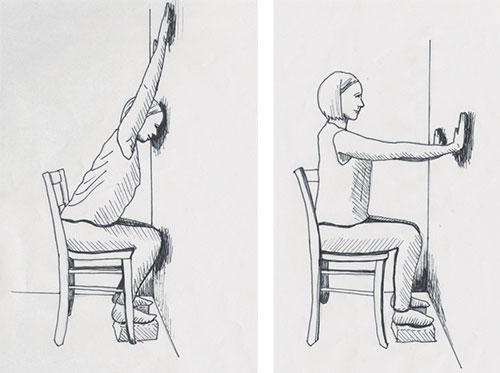 Zeichnung von Michelle, sitzend vor einer Wand, Yoga-Schulterübungen ausführend