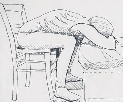 Zeichnung von Michelle, die auf einem Stuhl sitzt und nach vorne gebut auf einem Hocker ruht. So geht die Yoga Kindhaltung im Sitzen