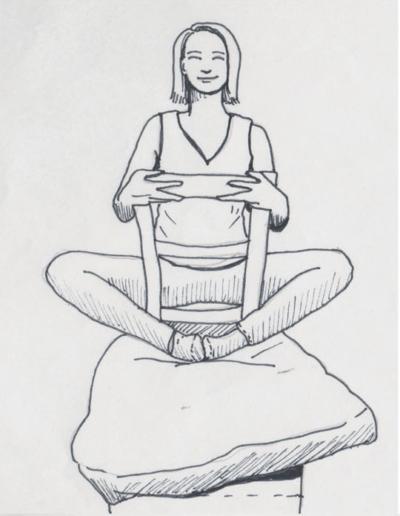 Schmetterling, Badha Konasana für das Yoga im Sitzen, ermöglicht durch zwei Sitzmöbel