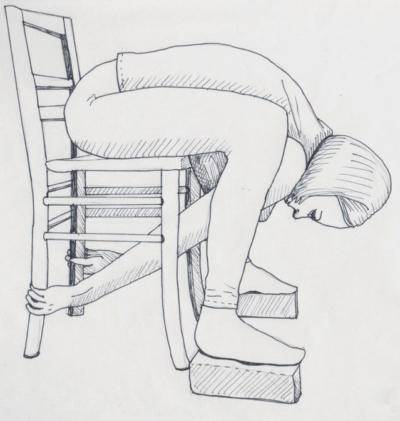 """Yoga im Sitzen, hier die intensive Vorwärtsbeuge """"Kurmasana"""", die Schildkröte, wo die Hände an den hinteren Stuhlbeinen festhalten"""