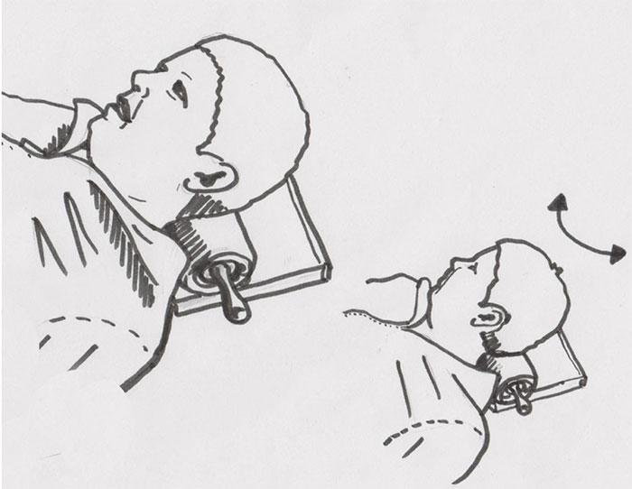 Nackenmassage mit dem Nudelholz, wenn keine Faszienrolle vorhanden ist: In den Nacken legen und Kopf von Seite zur seite drehen