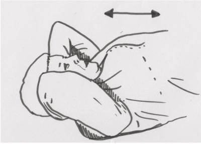 Triggerpunktmassage der Schultern im Liegen, mit der Faszienrolle oder Nudelholz