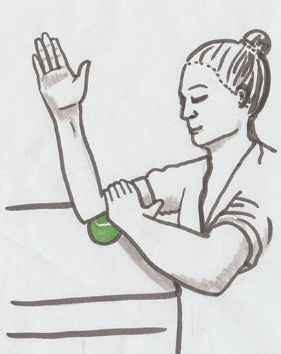 Gezeichnete Anleitung der Faszienselbstmassage mit Tennisball. Hier für den Oberarm.