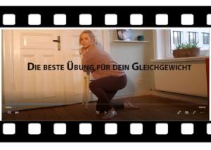 """Michelle Laise stützt sich im Kniestand an einem Stuhl. Ein Ausschnitt aus dem Anleitungsvideo """"Die beste Übung für dein Gleichgewicht"""""""